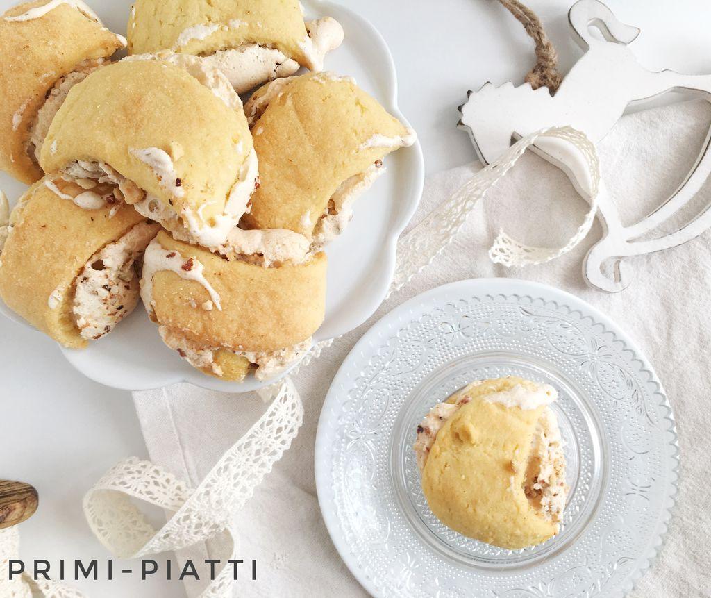 Drożdżowe ciastka z bezą i orzechami – austriackie Burgenlanderkipferl