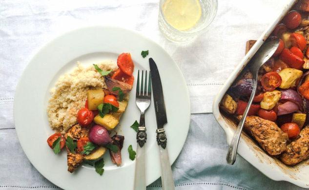 Obiad, który robi się sam, czyli zapiekany kurczak z warzywami