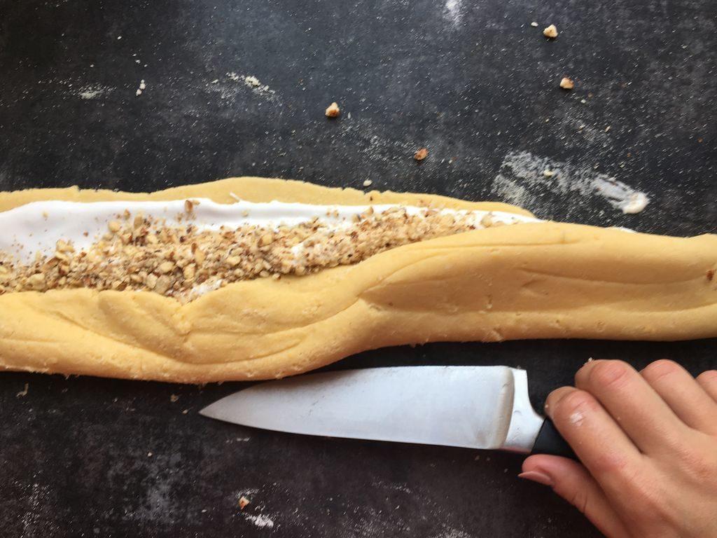 składanie ciasta z bezą