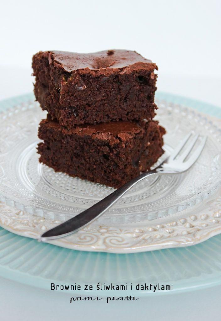 brownie ze śliwkami i daktylami