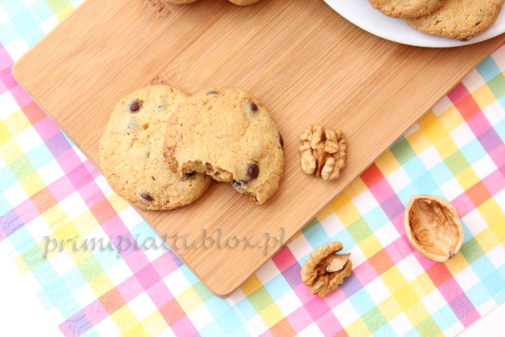 Piegowate ciasteczka z orzechami i czekoladą