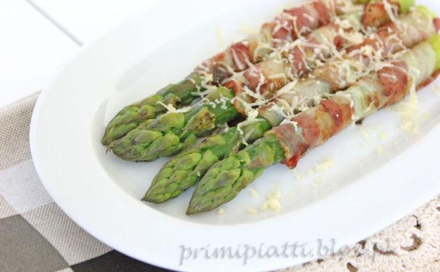 Grillowane szparagi z boczkiem i cheddarem