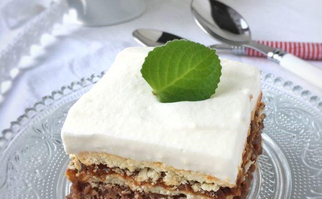 Przekładane ciasto z kaszą manną – bez pieczenia