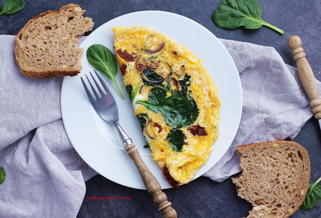 Omlet z suszonymi pomidorami i szpinakiem