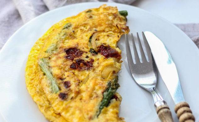 Omlet z zielonymi szparagami