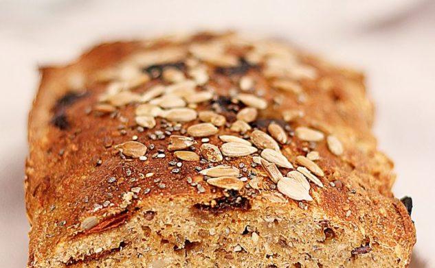 Prosty chleb z nasionami chia i jagodami goi