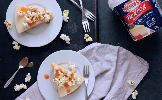 Sernik karmelowy z popcornem – bez pieczenia