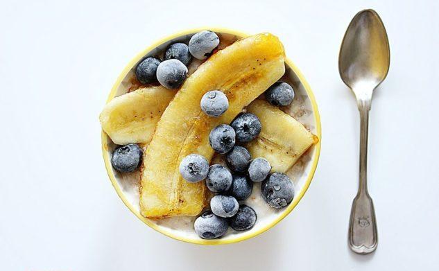 Owsianka z borówkami i karmelizowanymi bananami – bez cukru